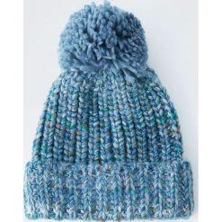 Melanżowa dzianinowa czapka z pomponem. Czerwone czapki damskie Pull&Bear, z dzianiny. Za 49,90 zł.