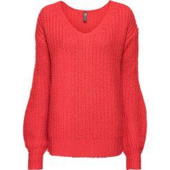 Sweter dzianinowy bonprix truskawkowy. Czerwone swetry klasyczne damskie bonprix, z dzianiny, z dekoltem w serek. Za 74,99 zł.