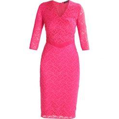 MARCIANO LOS ANGELES FLORAL  Sukienka etui pink peacock. Czerwone sukienki MARCIANO LOS ANGELES, z elastanu. W wyprzedaży za 351,45 zł.