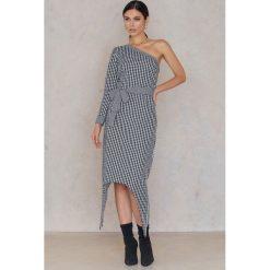 NA-KD Sukienka na jedno ramię w kratkę - Multicolor. Szare długie sukienki marki Mohito, l, z asymetrycznym kołnierzem. W wyprzedaży za 30,29 zł.