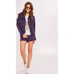 Wrangler - Szorty. Szare szorty jeansowe damskie marki Wrangler, na co dzień, m, z nadrukiem, casualowe, z okrągłym kołnierzem, mini, proste. Za 239,90 zł.