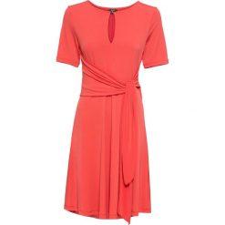 Sukienka z dżerseju z przewiązaniem: MUST HAVE bonprix truskawkowy. Czerwone sukienki hiszpanki bonprix, na lato, z dżerseju. Za 79,99 zł.