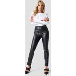 Rut&Circle Lakierowane spodnie Kelly - Black. Zielone spodnie z wysokim stanem marki Rut&Circle, z dzianiny, z okrągłym kołnierzem. Za 161,95 zł.