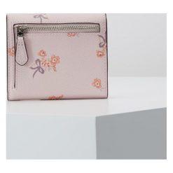 Coach SMALL WALLET Portfel sv/ice pink floral bow. Czerwone portfele damskie marki Coach. Za 399,00 zł.