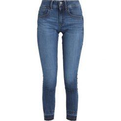 GStar LYNN MID SKINNY RP ANKLE Jeans Skinny Fit elto superstretch. Białe jeansy damskie marki G-Star, z nadrukiem. W wyprzedaży za 391,30 zł.