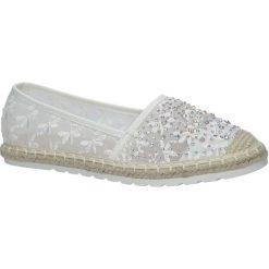 Białe espadryle koronkowe z kryształkami Casu H-6560. Białe espadryle damskie marki Born2be, w koronkowe wzory, z koronki, na obcasie. Za 49,99 zł.