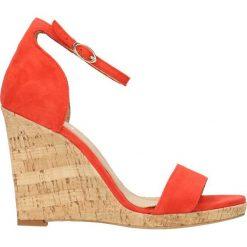 Sandały AURORA. Czerwone sandały damskie marki Gino Rossi, w paski, ze skóry, na wysokim obcasie, na koturnie. Za 199,90 zł.