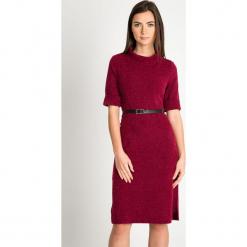 Bordowa melanżowa sukienka z paskiem QUIOSQUE. Czerwone długie sukienki marki QUIOSQUE, s, z dzianiny, klasyczne, z dekoltem na plecach, z długim rękawem, proste. Za 199,99 zł.