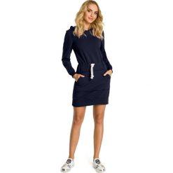 CELESTE Sukienka z kapturem i kieszenią typu kangurek - granatowa. Niebieskie sukienki Moe, z dresówki, sportowe, z kapturem, sportowe. Za 159,90 zł.