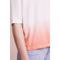 T-shirty damskie: 7 for all mankind CROPPED  Tshirt basic coral beach