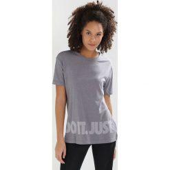 Nike Performance DRY  Tshirt z nadrukiem atmosphere grey/gunsmoke/heather. Szare topy sportowe damskie Nike Performance, xs, z nadrukiem, z bawełny. Za 129,00 zł.