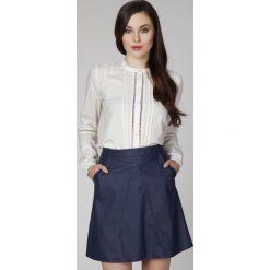 Kremowa Elegancka Bluzka Koszulowa z Ażurowymi Wstawkami. Białe bluzki damskie Molly.pl, l, w ażurowe wzory, z tkaniny, eleganckie, z koszulowym kołnierzykiem, z długim rękawem. Za 96,90 zł.