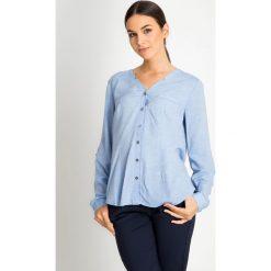 Niebieska koszula z dekoltem V QUIOSQUE. Niebieskie koszule jeansowe damskie marki QUIOSQUE, na jesień, z koszulowym kołnierzykiem. W wyprzedaży za 89,99 zł.