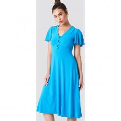 Trendyol Sukienka z guzikami i dekoltem V - Blue. Czerwone sukienki z falbanami marki Mohito, l, z materiału, z falbankami. W wyprzedaży za 64,78 zł.