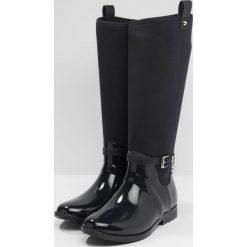 MICHAEL Michael Kors CHARM RAINBOOT  Kalosze admiral. Czarne buty zimowe damskie marki MICHAEL Michael Kors, z gumy, przed kolano, na wysokim obcasie. W wyprzedaży za 551,20 zł.