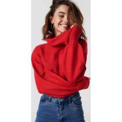 Luisa Lion x NA-KD Sweter z bufiastym rękawem - Red. Czerwone golfy damskie Luisa Lion x NA-KD, z dzianiny. Za 161,95 zł.