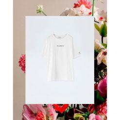 """Luźna koszulka Pull&Bear by Rosalía """"Malamente"""". Białe t-shirty damskie Pull&Bear. Za 69,90 zł."""