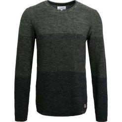 Swetry klasyczne męskie: Lindbergh GRADIENT  Sweter army/black