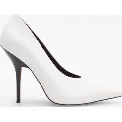 Białe czółenka na wysokim obcasie - Biały. Białe buty ślubne damskie Reserved, na wysokim obcasie. Za 159,99 zł.