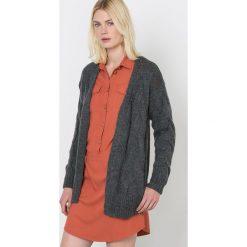 Długi rozpinany sweter, z dzianiny o splocie warkocza. Czerwone kardigany damskie La Redoute Collections, z dzianiny. Za 157,50 zł.