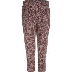 Wheat BAGGY BAMBI Spodnie treningowe fawn. Czerwone spodnie chłopięce Wheat, z bawełny. W wyprzedaży za 125,30 zł.