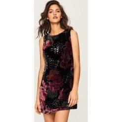 Sukienka w róże - Wielobarwn. Różowe sukienki marki numoco, l, z dekoltem w łódkę, oversize. W wyprzedaży za 69,99 zł.