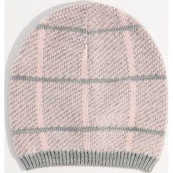 Czapka beanie w kratę - Wielobarwn. Czerwone czapki damskie marki Mohito, z bawełny. Za 29,99 zł.