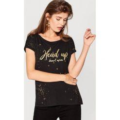 Koszulka z kryształkową aplikacją - Czarny. Czarne t-shirty damskie marki Mohito, m, z aplikacjami. W wyprzedaży za 39,99 zł.