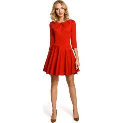 TESSA Sukienka z koła z zakładkami i rękawem 3/4 - czerwona. Czerwone sukienki Moe, z dzianiny, eleganckie, mini, dopasowane. Za 136,99 zł.