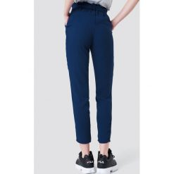 NA-KD Spodnie z wiązaniem - Blue. Niebieskie spodnie z wysokim stanem NA-KD, w paski, z poliesteru. Za 121,95 zł.