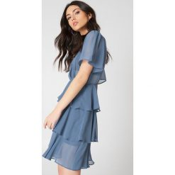 NA-KD Boho Sukienka z trójwarstwową falbanką - Blue. Niebieskie sukienki boho marki NA-KD Boho, na imprezę, w koronkowe wzory, z koronki, na ramiączkach, mini. Za 161,95 zł.