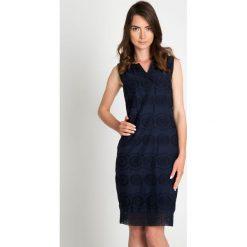 Czarna ażurowa haftowana sukienka QUIOSQUE. Czarne sukienki koronkowe marki QUIOSQUE, do pracy, w ażurowe wzory, biznesowe, z dekoltem na plecach, bez rękawów, dopasowane. W wyprzedaży za 99,99 zł.