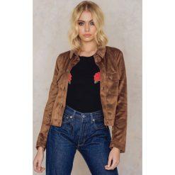 NA-KD Kurtka ze sztucznego zamszu - Brown. Brązowe kurtki damskie NA-KD, z bawełny. W wyprzedaży za 85,19 zł.