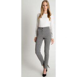 Klasyczne spodnie w kant z kieszeniami na przodzie BIALCON. Szare spodnie z wysokim stanem marki BIALCON, z tkaniny. W wyprzedaży za 136,00 zł.