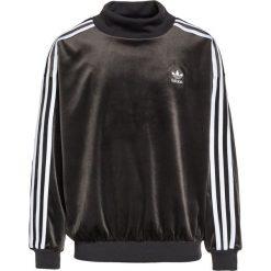 Adidas Originals CREW Bluza utility black/white. Czarne bluzy chłopięce marki adidas Originals, z materiału. W wyprzedaży za 143,20 zł.