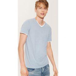 T-shirt z kontrastowym wykończeniem - Niebieski. Niebieskie t-shirty męskie marki House, l, z kontrastowym kołnierzykiem. Za 35,99 zł.