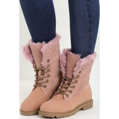 Różowe Traperki Voguish. Czerwone buty zimowe damskie Born2be, z nubiku, z okrągłym noskiem, na płaskiej podeszwie. Za 99,99 zł.