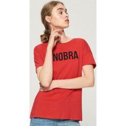 Koszulka z napisem - Czerwony. Czerwone t-shirty damskie marki Cropp, l, z napisami. W wyprzedaży za 14,99 zł.
