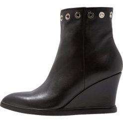 Shoe The Bear ALEA EYELET Botki na koturnie black. Czarne botki damskie skórzane marki Shoe The Bear, na koturnie. Za 669,00 zł.