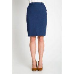 Granatowa spódnica do kolan QUIOSQUE. Czarne spódnice wieczorowe marki QUIOSQUE, na imprezę, z dzianiny, z kopertowym dekoltem, mini, dopasowane. W wyprzedaży za 49,99 zł.