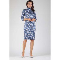 Elegancka Dopasowana Sukienka z Golfem w Białe Kwiaty. Niebieskie długie sukienki marki Molly.pl, do pracy, l, w kwiaty, biznesowe, z golfem, z długim rękawem, dopasowane. W wyprzedaży za 129,18 zł.