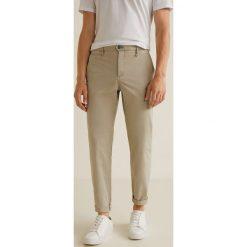 Mango Man - Spodnie Borne3. Szare chinosy męskie Mango Man, z bawełny. W wyprzedaży za 139,90 zł.