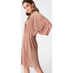 Sukienki hiszpanki: Hannalicious x NA-KD Plisowana sukienka kimono – Red