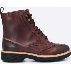 Clarks - Botki. Brązowe buty zimowe damskie Clarks, z materiału, na obcasie, na sznurówki. W wyprzedaży za 269,90 zł.