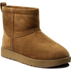 Buty UGG - W Classic Mini Waterproof 1019643 W/Che. Brązowe buty zimowe damskie Ugg, ze skóry, na niskim obcasie. Za 819,00 zł.