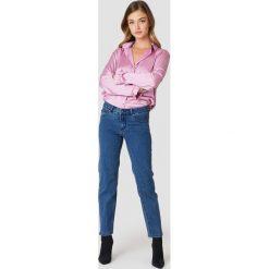 Rut&Circle Jeansy z prostą nogawką Hanne - Blue. Zielone spodnie z wysokim stanem marki Rut&Circle, z dzianiny, z okrągłym kołnierzem. Za 202,95 zł.