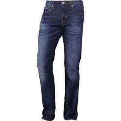 True Religion ROCCO COMFORT Jeansy Slim Fit cobalt blue denim. Niebieskie rurki męskie marki Tiffosi. W wyprzedaży za 467,40 zł.