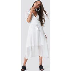 Moves Sukienka Hunea - White. Białe sukienki mini Moves, dekolt w kształcie v, z krótkim rękawem. Za 283,95 zł.