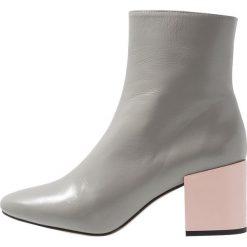 Intentionally Blank SHOP Botki grey. Szare botki damskie skórzane Intentionally Blank, klasyczne. Za 879,00 zł.
