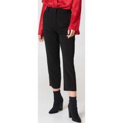Spodnie z wysokim stanem: NA-KD Trend Spodnie z surowo wykończonymi nogawkami – Black